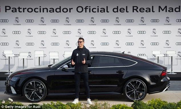 Ronaldo nhan xe sang sau khi lap ky luc o Champions League hinh anh 3
