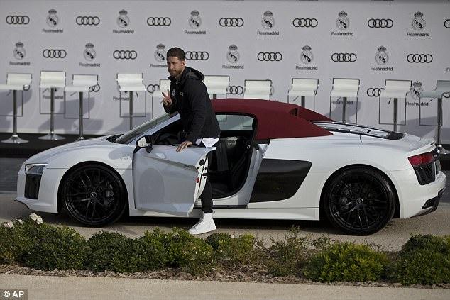 Ronaldo nhan xe sang sau khi lap ky luc o Champions League hinh anh 4