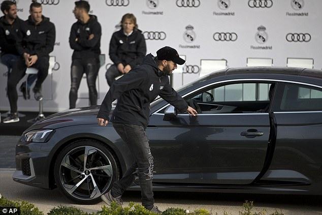 Ronaldo nhan xe sang sau khi lap ky luc o Champions League hinh anh 6