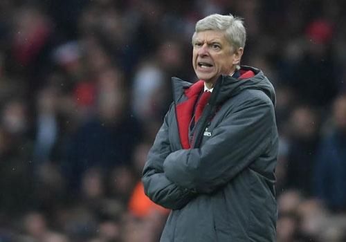 HLV Wenger tuc gian vi Arsenal dut diem te o cup chau Au hinh anh