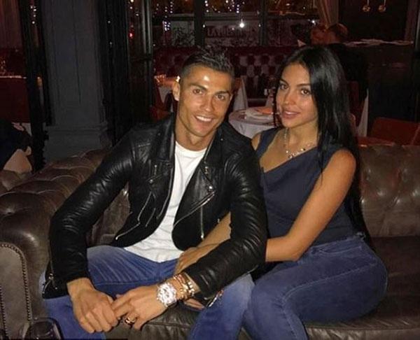 Ronaldo an toi cung ban gai sau khi giai con khat ban thang hinh anh 1