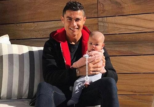 Ronaldo khoe anh ben con gai tren mang xa hoi hinh anh