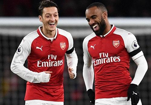Arsenal danh bai Huddersfield 5-0, thang lien tiep 12 tran o Emirates hinh anh