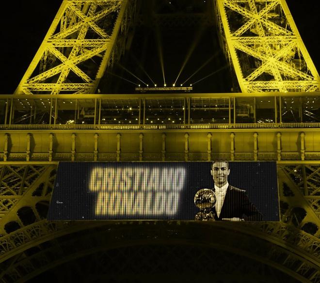 Hinh anh Ronaldo nhan Qua bong vang xuat hien tren mang xa hoi hinh anh 1