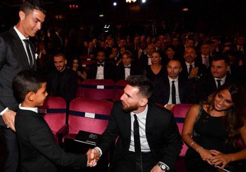 Con trai Ronaldo: 'Papa, bo da co nhieu Qua bong vang nhu Messi' hinh anh