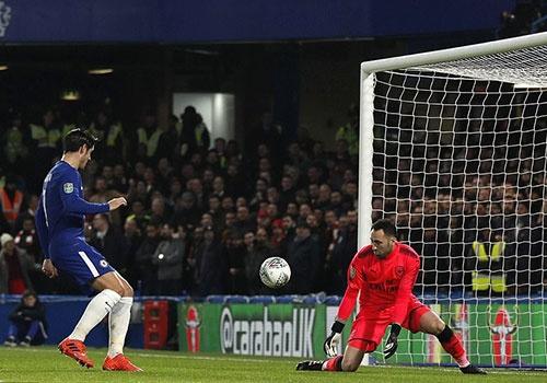 Arsenal hoa Chelsea nho thu mon Ospina va cot doc hinh anh