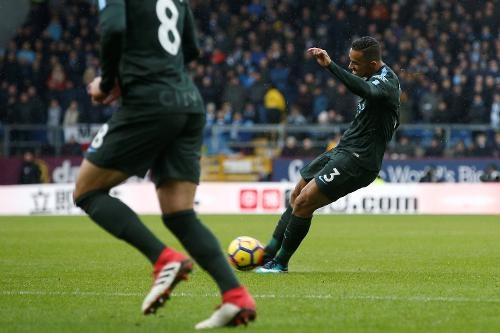 Burnley 1-1 Man City: Sterling dut diem te, HLV Guardiola tuc gian hinh anh 19