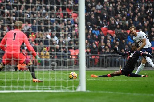 Tottenham 2-0 Huddersfield: Ngoi sao Han Quoc ghi cu dup ban thang hinh anh 25