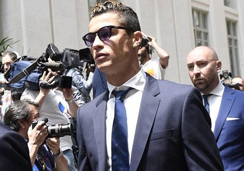 Ronaldo gap rac roi lien quan den cao buoc tron thue hinh anh