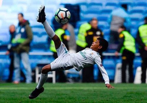 Con trai Ronaldo tai hien pha 'nga ban den' cua bo hinh anh