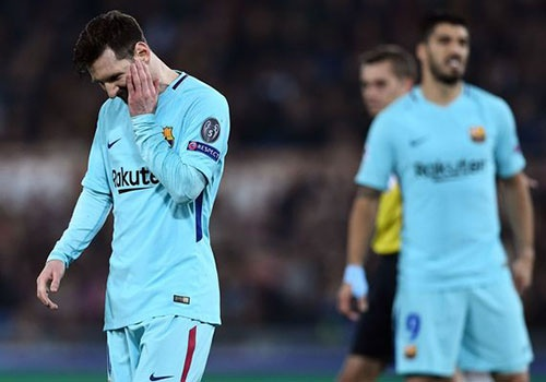 Messi om mat that vong sau cu soc o Champions League hinh anh
