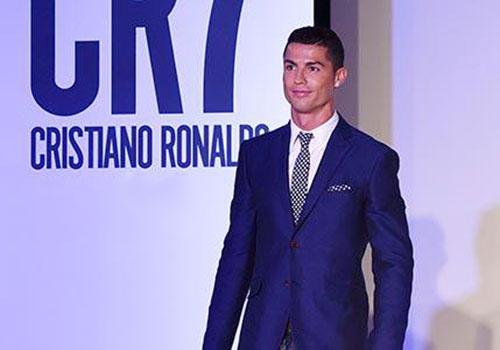 Ronaldo con lo lang khi catwalk, lieu Bui Tien Dung co dang bi che? hinh anh