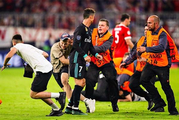 CDV lao vao san om Ronaldo sau tran thang nguoc cua Real hinh anh 2