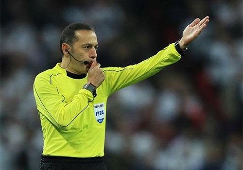 Trong tai tai tieng giup Real Madrid thoat penalty? hinh anh