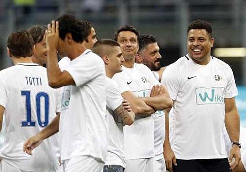 Ronaldo 'beo' cung dan huyen thoai du tran tri an Pirlo hinh anh