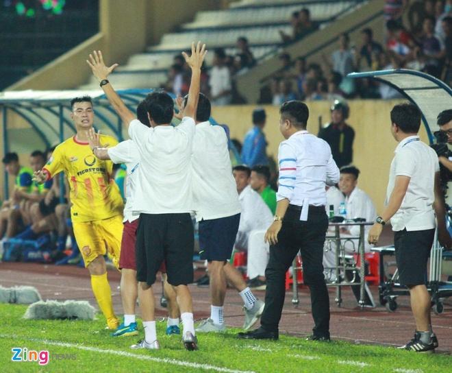 CLB Ha Noi 4-0 CLB Khanh Hoa: Quang Hai da phat dep mat hinh anh 24