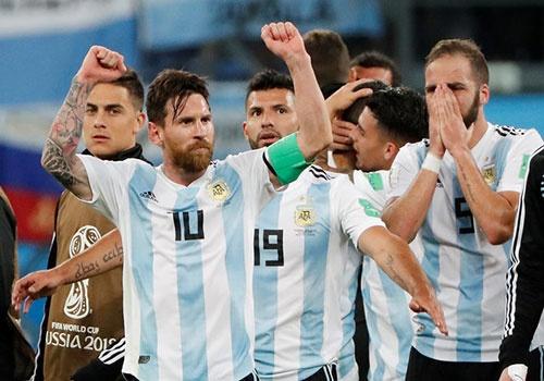 Dung bat Messi phai lam Maradona hinh anh