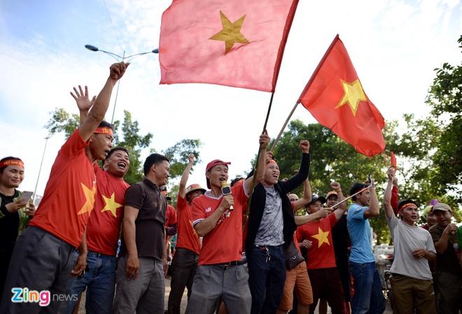 CDV phu do khan dai trong tran ra quan cua DT Viet Nam tai AFF Cup hinh anh 23