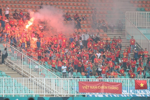 The fans crowned the stands at the first match of Vietnam at the AFF Cup