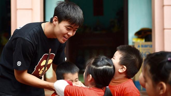 Trung vệ Duy Mạnh: 'Tôi bị cầu thủ Malaysia chơi xấu, thúc vào ngực'