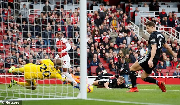 'Song tau' Oezil - Aubameyang toa sang, Arsenal tro lai mach thang hinh anh 15