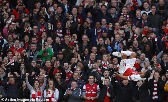 'Song tau' Oezil - Aubameyang toa sang, Arsenal tro lai mach thang hinh anh 22