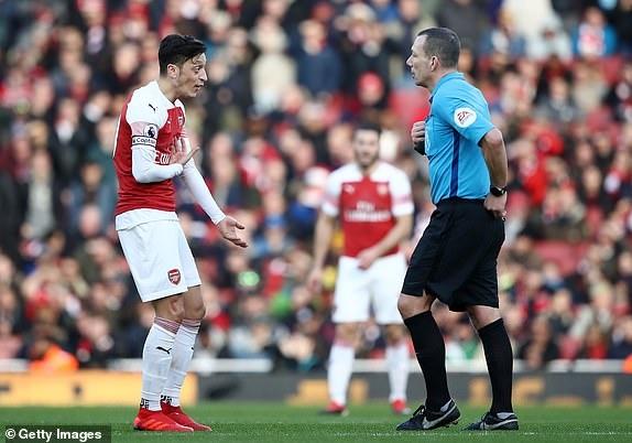 'Song tau' Oezil - Aubameyang toa sang, Arsenal tro lai mach thang hinh anh 19
