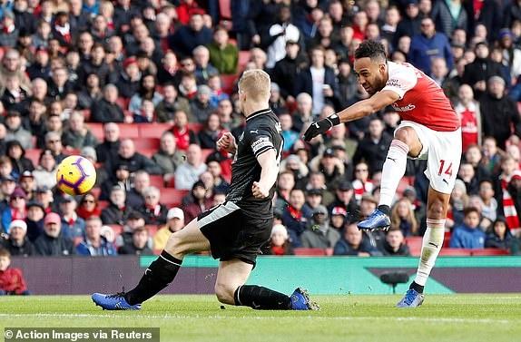 'Song tau' Oezil - Aubameyang toa sang, Arsenal tro lai mach thang hinh anh 23