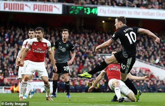 'Song tau' Oezil - Aubameyang toa sang, Arsenal tro lai mach thang hinh anh 24