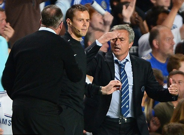 Bao ve hoc tro, Mourinho cai nhau tay doi voi HLV Lambert hinh anh