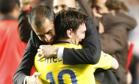 Messi tung 'lam nhuc' Guardiola truoc toan doi hinh anh