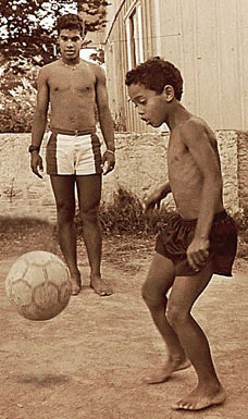 Ronaldinho - tu dua tre mo coi den huyen thoai the gioi hinh anh