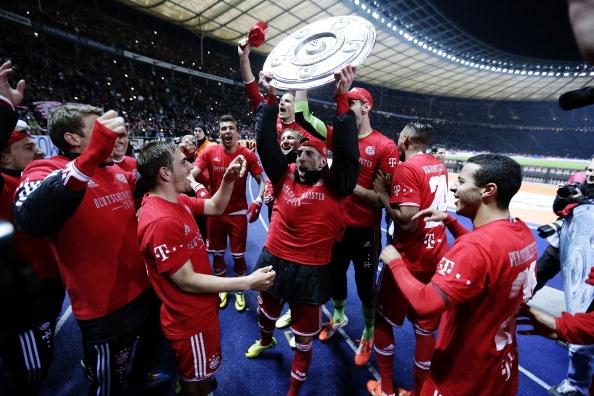 Cau thu Bayern an mung chuc vo dich som ky luc hinh anh