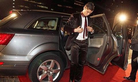Ronaldo so huu 19 sieu xe co gia gan 5 trieu USD hinh anh 9 Siêu sao người Bồ Đào Nha bên chiếc Audi Q7 có giá <abbr class=