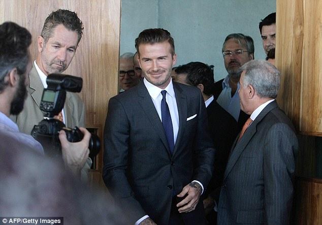 """Sir Alex, Beckham va Rooney noi gi ve David Moyes? hinh anh 7 """"Tôi nghĩ David Moyes là một HLV vĩ đại, nhưng ông ấy cần có thời gian để chứng tỏ điều đó. Bạn thấy đó, ông ấy đã gia nhập M.U, một trong những CLB lớn nhất thế giới, và nó cần có một giai đoạn chuyển tiếp""""."""
