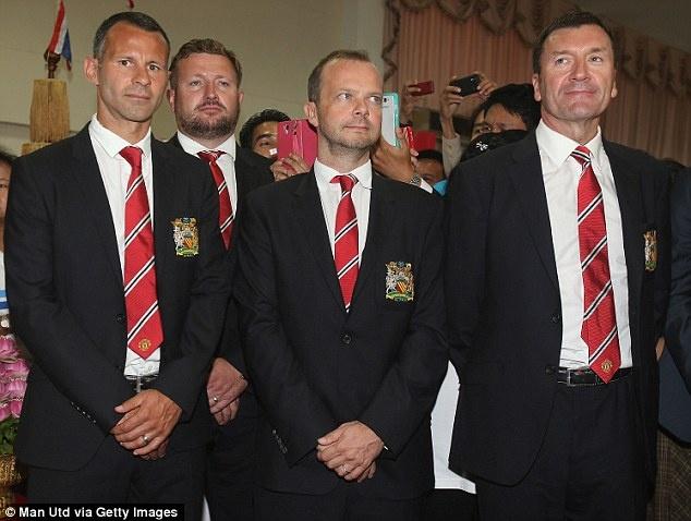 """Sir Alex, Beckham va Rooney noi gi ve David Moyes? hinh anh 4 """"Chúng tôi không muốn thuê 1 HLV như thuê một khẩu súng trong vòng 2-3 năm. Chúng tôi muốn thế hệ tiếp theo sẽ do chính ông ấy đào tạo ra để rồi sau đó trở thành di sản của ông ấy. Chúng tôi đã tìm được HLV mới và chúng tôi sẽ ủng hộ ông ấy trong mọi quyết định về cầu thủ và học viện. Ông ấy sẽ có quyền hành giống như Sir Alex từng có""""."""
