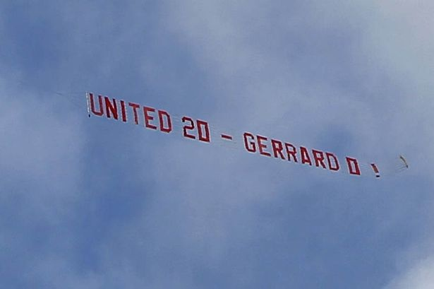 Fan M.U thue may bay de choc tuc Gerrard va Liverpool hinh anh 1