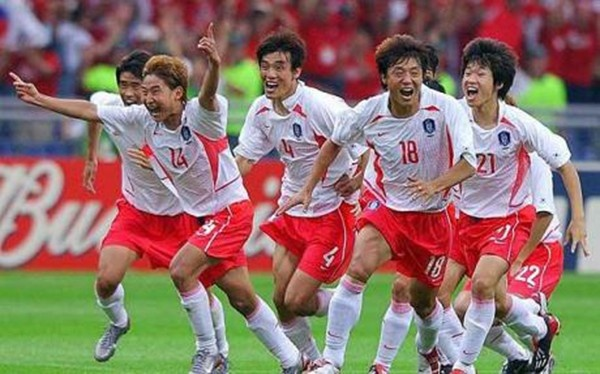 Be boi chan dong bong da the gioi tai World Cup 2002 hinh anh 1