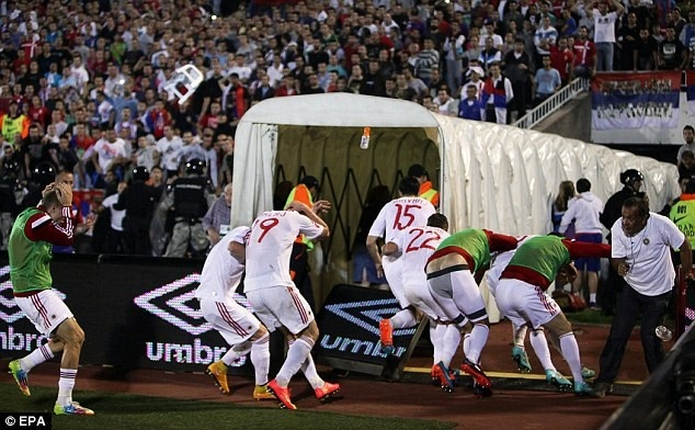 UEFA e ngai may bay khong nguoi lai nem bom cac tran bong da hinh anh