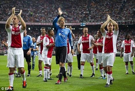 10 hoc vien bong da danh tieng nhat the gioi hinh anh 9 Triết lý phát triển cầu thủ trẻ của học viện Ajax là tự do thể hiện mà không phải theo khuôn phép nào. Có một thời gian dài, đội tuyển Hà Lan thi đấu thành công dựa vào những cầu thủ do Ajax đào tạo. Những danh thủ từng trải qua học viện này gồm Johan Cruyff, Frank De Boer, Marco Van Basten, Edwin Van Der Sar và Dennis Bergkamp… Dĩ nhiên, còn rất nhiều ngôi sao khác bên ngoài biên giới Hà Lan từng ăn tập tại học viện Ajax.