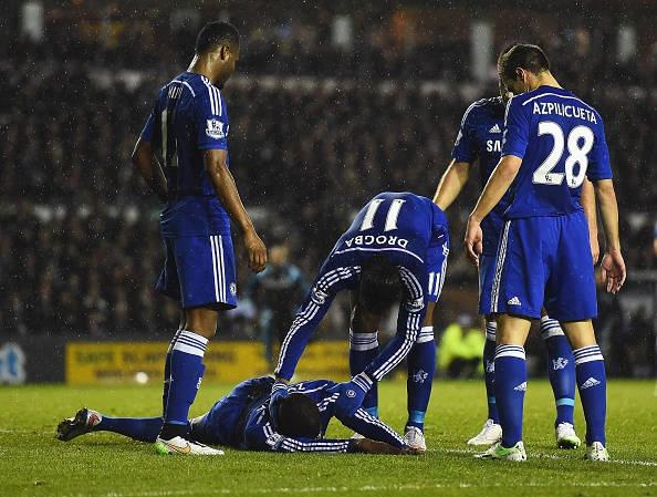Trung ve Chelsea nam bat dong sau pha va cham voi Petr Cech hinh anh