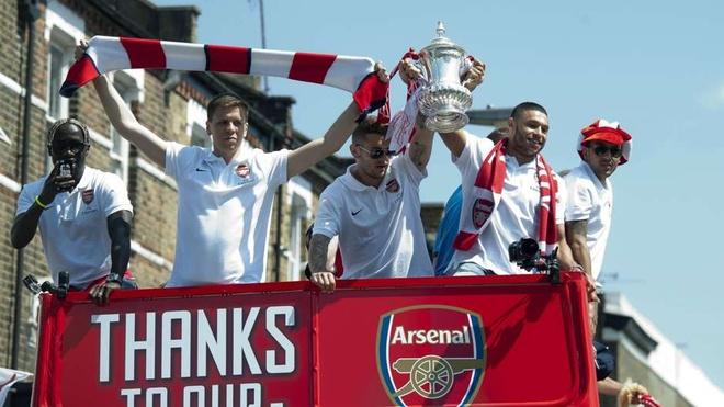 10 su kien bong da khien fan choang vang nam 2014 hinh anh 10 Sau gần một thập kỷ không danh hiệu, Arsenal cuối cùng cũng tận hưởng niềm vui ăn mừng chức vô địch khi đánh bại Hull City trong trận chung kết FA Cup. Người hâm mộ Pháo thủ đổ ra kín các con phố tại Islington để chia vui cùng thầy trò HLV Wenger đồng thời hy vọng đội bóng con cưng tiếp đà khởi sắc. Tuy nhiên, tại giải năm nay, Arsenal thi đấu rất chật vật cho dù đã ném vào thị trường chuyển nhượng mùa hè rất nhiều tiền.