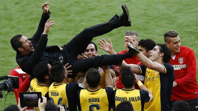 10 su kien bong da khien fan choang vang nam 2014 hinh anh 5 Trước khi mùa giải La Liga 2013/14 diễn ra, ngay cả những người lạc quan nhất cũng không dám nghĩ Atletico sẽ bước lên ngôi vô địch. Tuy nhiên, với tài điều binh khiển tướng của HLV Diego Simeone, đội chủ sân Vicente Calderon đã vượt mặt hai gã khổng lồ Real và Barca để lên ngôi đầy thuyết phục. Đây là lần đầu tiên sau 14 năm, người hâm mộ Atletico mới lại được sống trong bầu không khí lễ hội vô địch.