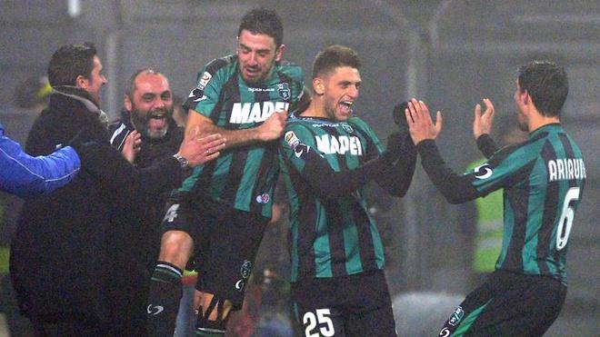 10 su kien bong da khien fan choang vang nam 2014 hinh anh 1 13/1/2014 có lẽ là ngày đáng nhớ nhất trong sự nghiệp thi đấu của Domenico Berardi. Chân sút 19 tuổi tỏa sáng rực rỡ khi lập cú poker (4 bàn) vào lưới AC Milan trong khuôn khổ vòng 19 Serie A 2013/14, giúp Sassuolo giành chiến thắng với tỷ số 4-3. Đây là lần đầu tiên sau 80 năm, một cầu thủ trẻ lại ghi 4 bàn trong 1 trận đấu tại Serie A.