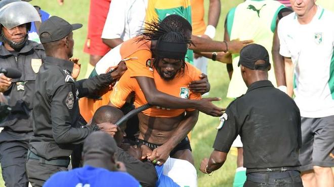 10 su kien bong da khien fan choang vang nam 2014 hinh anh 6 Trận hòa không bàn thắng giữa Bờ Biển Ngà và Cameroon tại vòng loại CAN 2015 khép lại theo kịch bản khiến những người làm bóng không khỏi suy nghĩ. Quá phấn khích khi đội nhà chính thức góp mặt tại vòng chung kết, fan Bờ Biển Ngà tràn xuống sân để ăn mừng cùng cầu thủ. Trong nỗ lực ngăn cản những kẻ quá khích, cảnh sát chống bạo động đã dùng dùi cui đánh cả cầu thủ lẫn CĐV. Tiền đạo Gervinho là một trong số những cầu thủ dính đòn của cảnh sát.