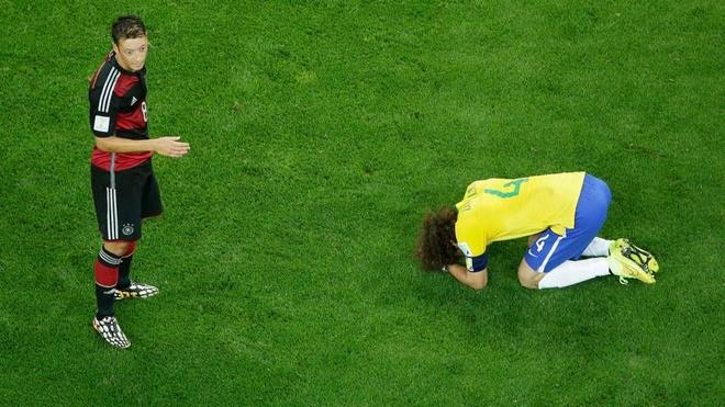 10 su kien bong da khien fan choang vang nam 2014 hinh anh 9 Cuộc đại chiến giữa chủ nhà World Cup 2014, Brazil và Đức diễn ra với kịch bản mà chắc chắn chẳng ai dám nghĩ tới. Trong vòng chưa đầy nửa tiếng đồng hồ sau tiếng còi khai cuộc, Selecao thủng lưới tới 5 lần. Tinh thần sụp đổ khiến đội quân của HLV Scolaria nhận thêm 2 bàn thua nữa trong hiệp 2 qua đó khép lại trận đấu với thất bại 1-7 (Oscar ghi bàn danh dự cho Brazil phút 90). Đây là trận đấu Neymar không thể tham dự do dính chấn thương.