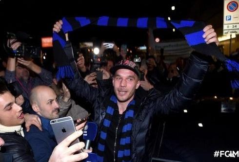 Podolski da co mat tai Inter Milan hinh anh