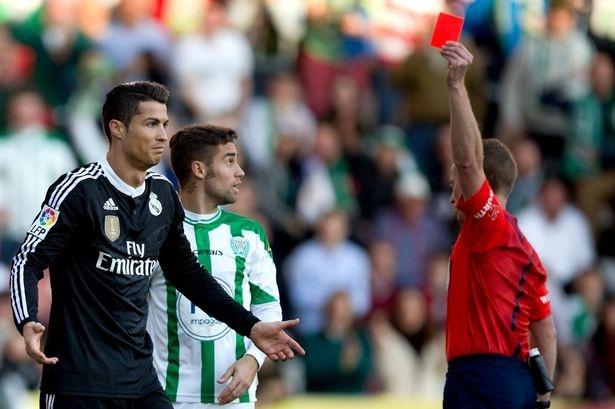 Ronaldo doi mat voi an treo gio 12 tran hinh anh 1