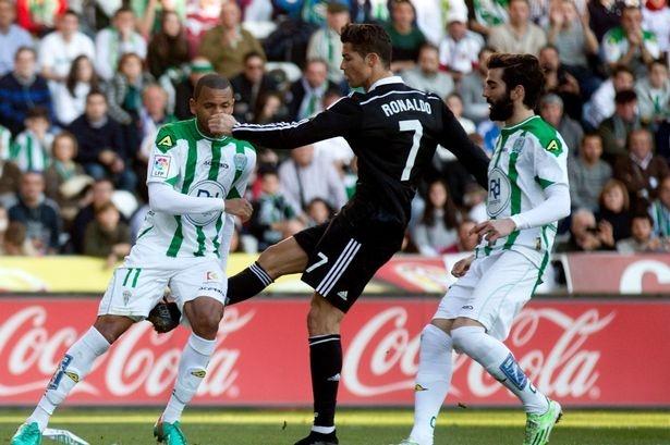 Ronaldo doi mat voi an treo gio 12 tran hinh anh 2
