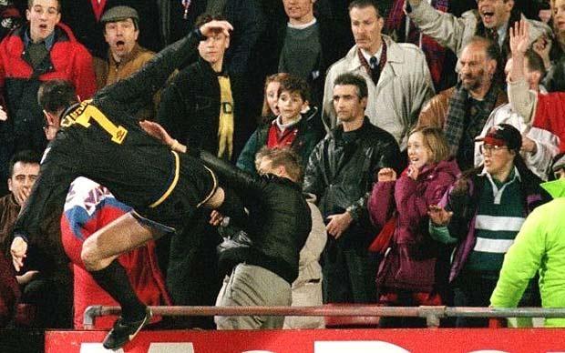 Cantona là lá cờ đầu trong giai đoạn thành công đầu tiên của Sir Alex Ferguson tại M.U. Cựu đội trưởng của Quỷ đỏ là một tài năng lớn nhưng cũng là cầu thủ có cá tính mạnh với những tình huống nổi nóng làm khổ đội nhà. Mùa giải 1995/96, Cantona tung cú kung-fu thẳng vào mặt một CĐV của Crystal Palace khi bị xúc phạm. Theo đó, Cantona bị FA treo giò 9 tháng, phạt 10.000 bảng và 120 giờ lao động công ích.